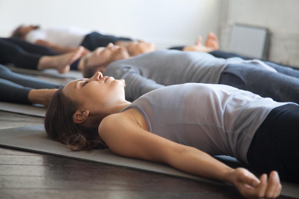Frauen entspannen bei Autogenes Training in OHZ